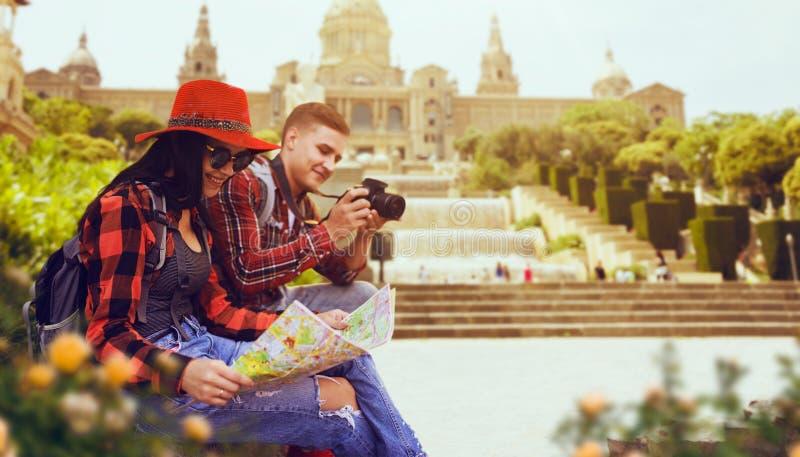 游人夫妇学习古庙地图  免版税图库摄影