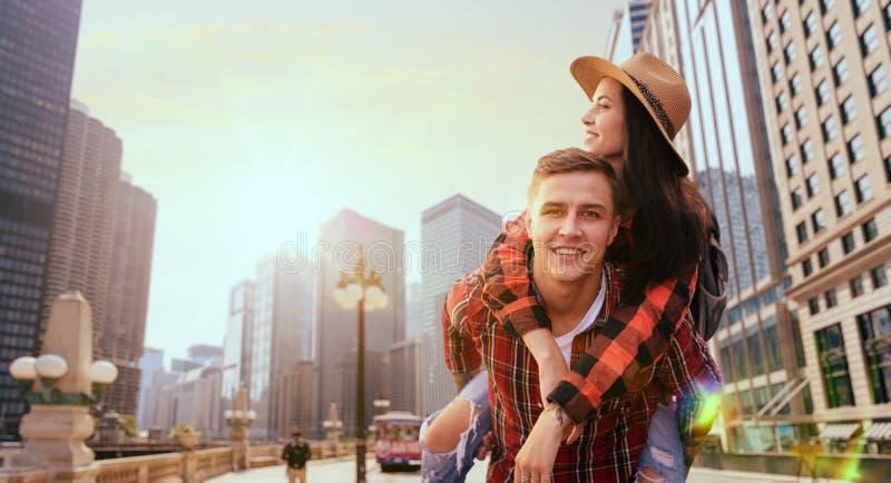 游人夫妇,在摩天大楼之间的游览 免版税图库摄影