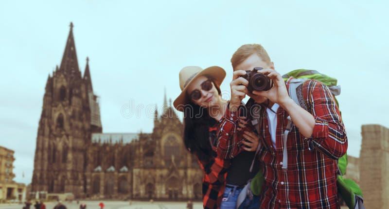 游人夫妇,在背景的古庙 免版税库存图片