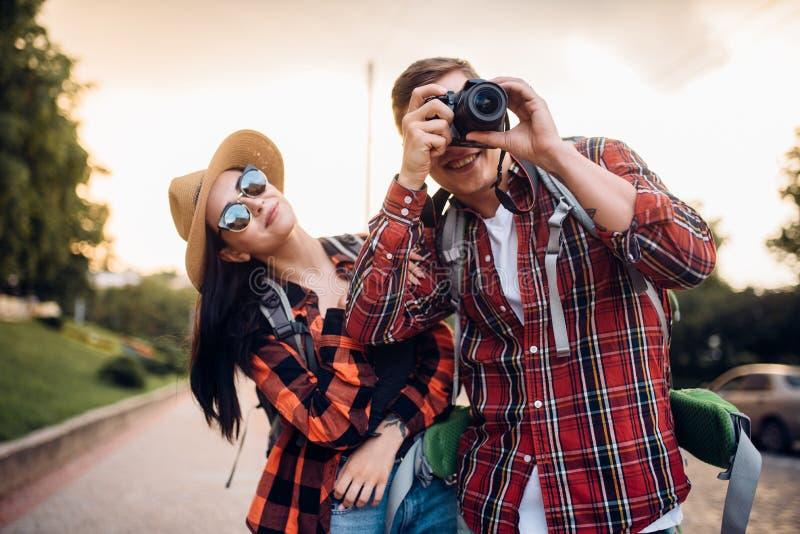 游人夫妇,在背景的古庙 免版税库存照片
