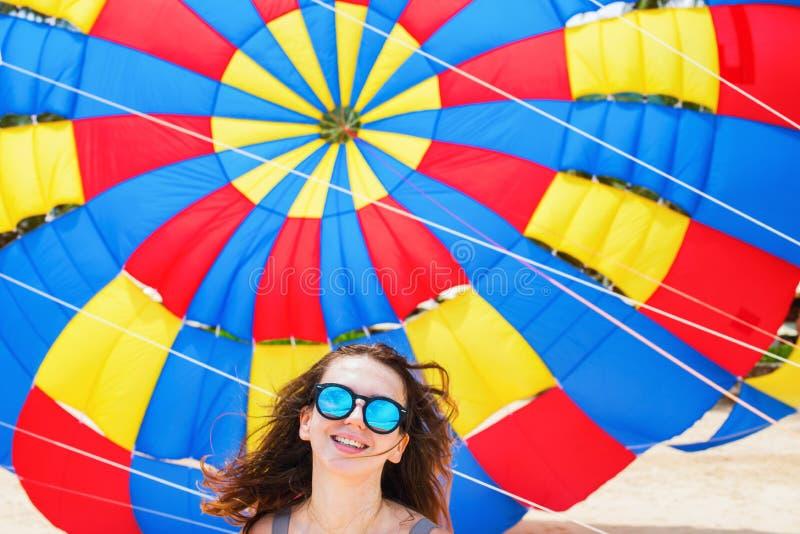 游人女孩的娱乐反对降伞 免版税库存照片