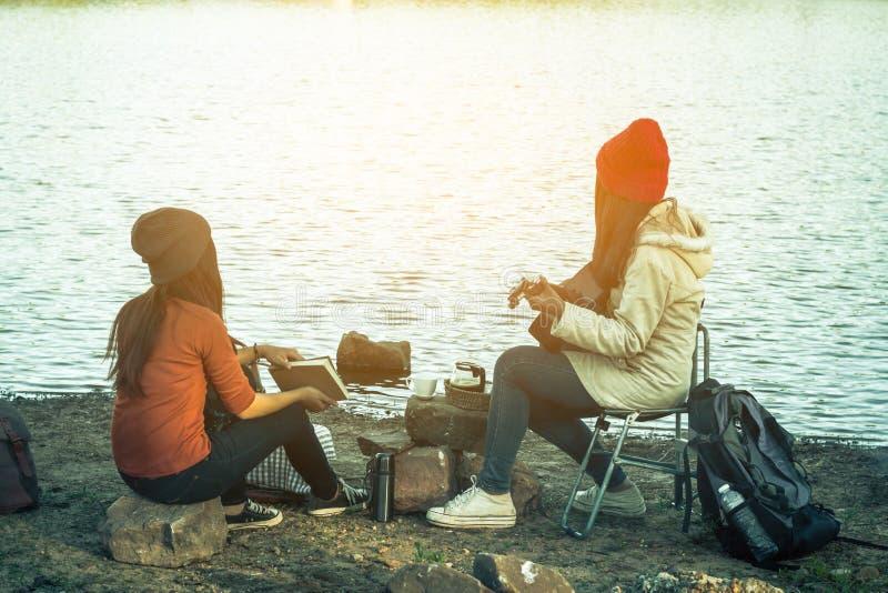游人妇女和朋友野营 库存图片