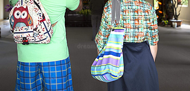 游人家庭夫妇五颜六色的夏天衣裳的在度假、时尚和样式、衣裳和辅助部件 免版税库存图片