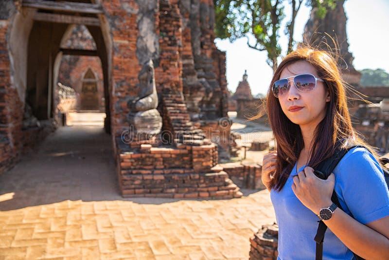 游人射击画象 在考古学站点拍摄的女性摄影师 selfie画象 旅行和旅游业 免版税库存照片