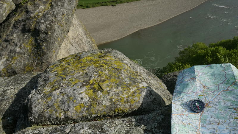 Download 游人属性:地图和指南针在岩石河自然背景 汽车城市概念都伯林映射小的旅行 库存图片 - 图片 包括有 本质, 颜色: 72371261