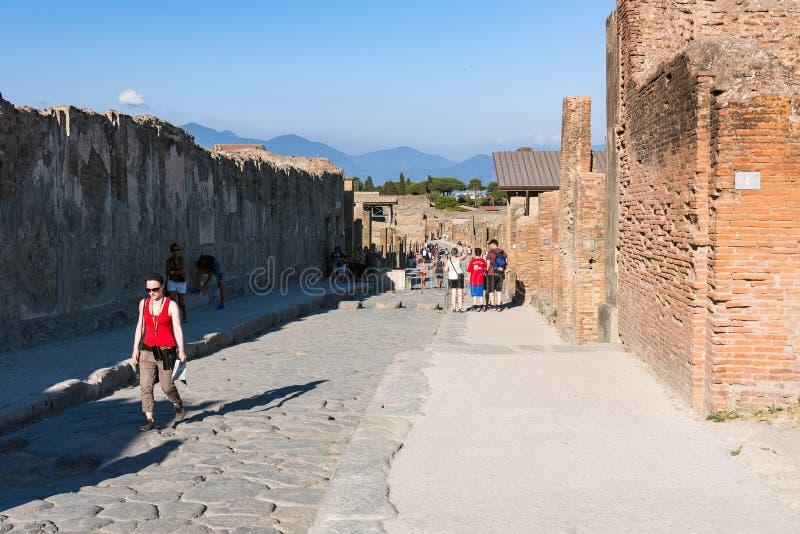 游人庞贝城,古老罗马城市参观废墟  免版税库存图片