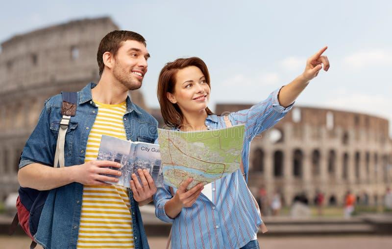 游人愉快的夫妇有城市指南和地图的 库存图片