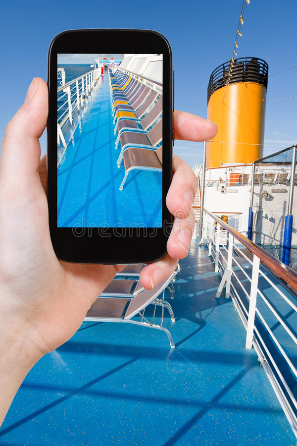 游人拍摄巡航划线员上甲板  库存图片