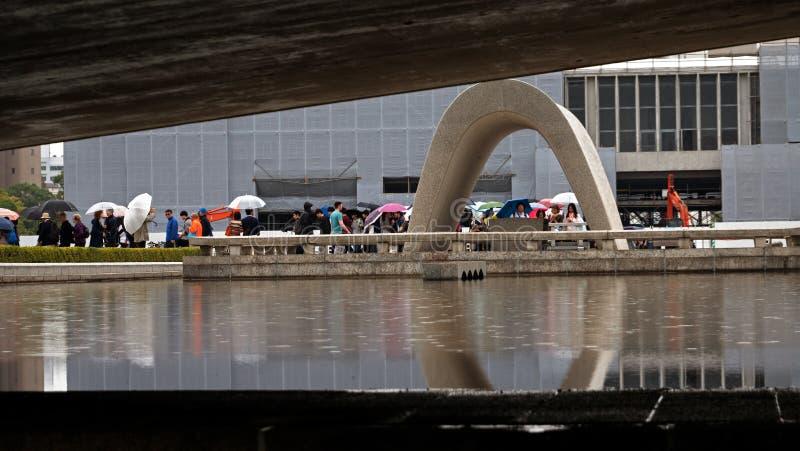 游人排列在日本排队和进入广岛和平公园的博物馆 库存图片