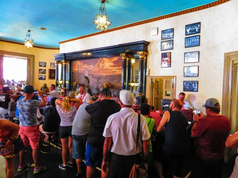 游人排队饮料被创造在欧内斯特・海明威的著名住处La Floridita酒吧 库存照片