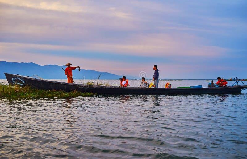 游人探索传统渔, Inle湖,缅甸 免版税库存照片