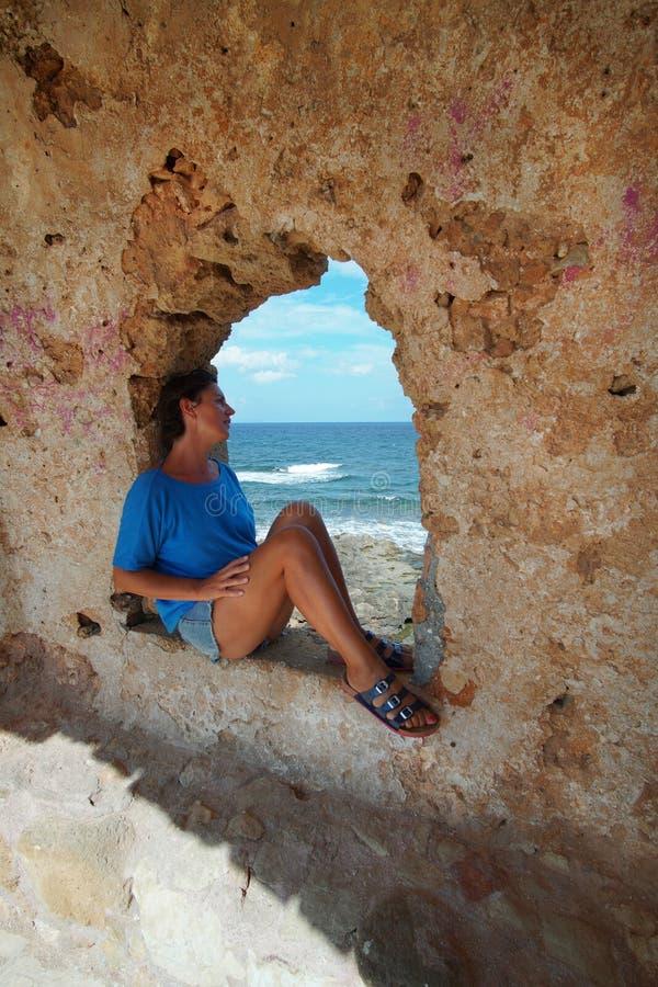 游人敬佩克里特岛海坐堡垒的窗口 库存照片