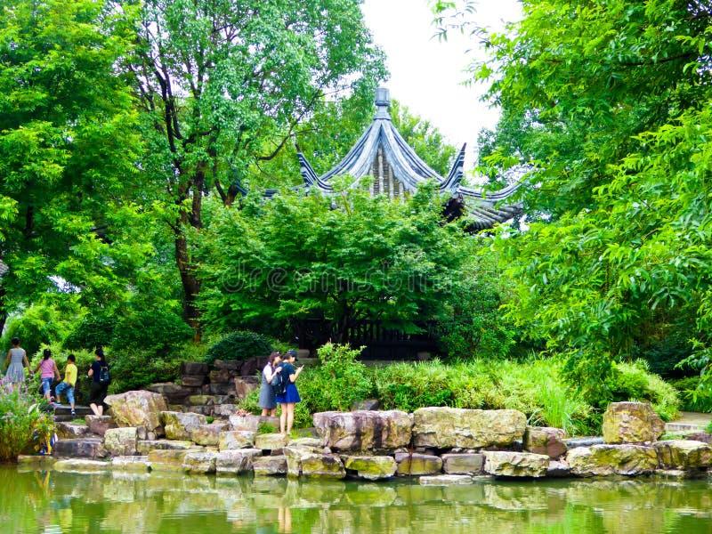 游人旅行的西溪沼泽地公园 免版税库存图片
