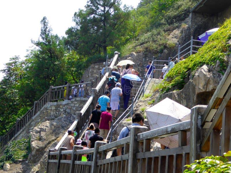 游人旅行的龙门石窟 免版税库存照片