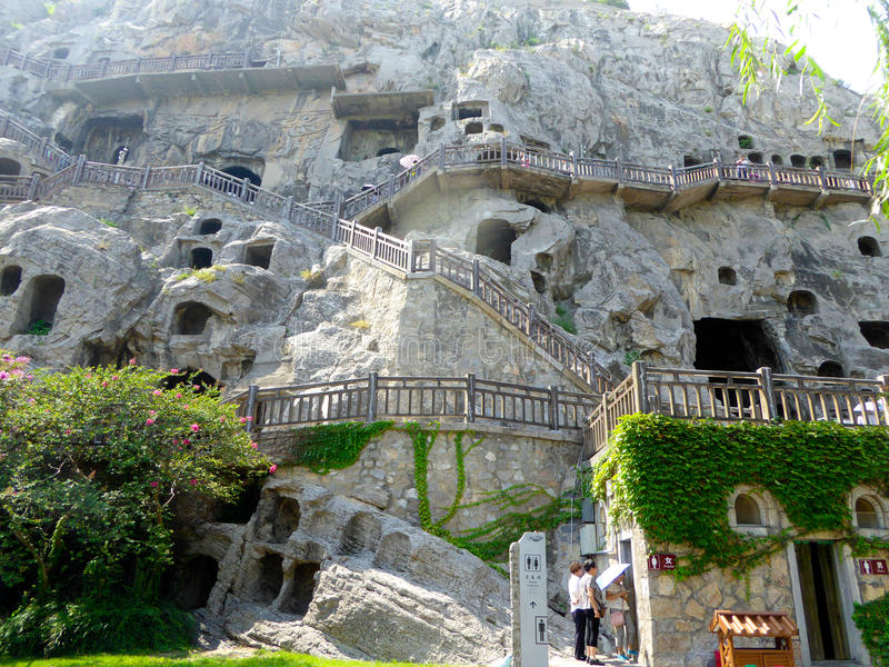 游人旅行的龙门石窟 免版税库存图片