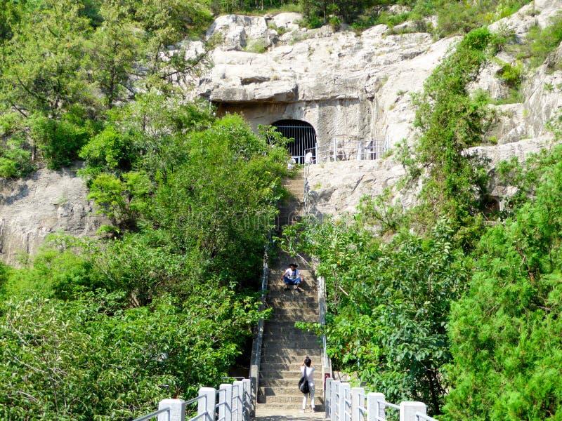 游人旅行的龙门石窟 库存照片