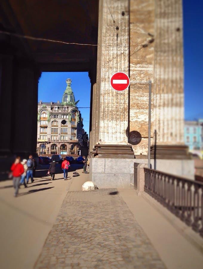 游人步行在圣彼得堡的中心 图库摄影