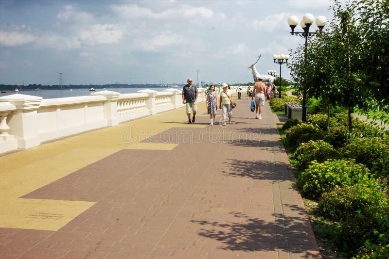 游人沿伏尔加河堤防走在下诺夫哥罗德 库存照片