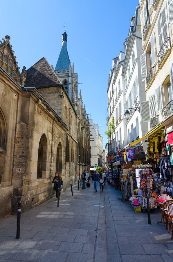 游人沿狭窄的云香圣徒Severen走在圣徒Severin和纪念品店附近教会在拉丁区,巴黎,法国 免版税图库摄影