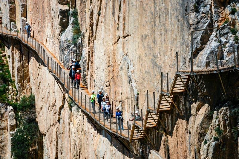 游人沿El Caminito del Rey,马拉加,西班牙走 免版税库存照片