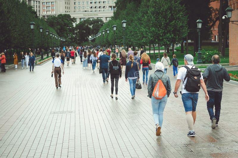 游人沿Manezh广场的亚历山大公园走在莫斯科 免版税库存照片