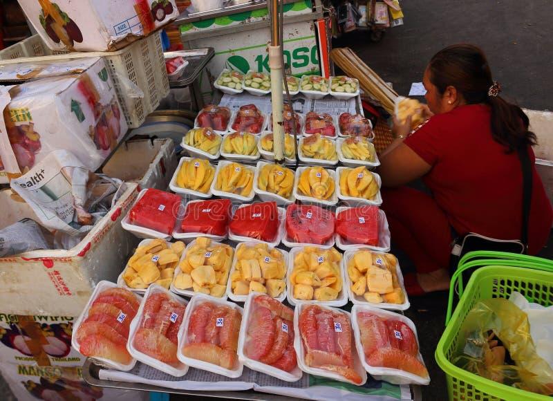 游人的切的果子在街市上 免版税库存图片