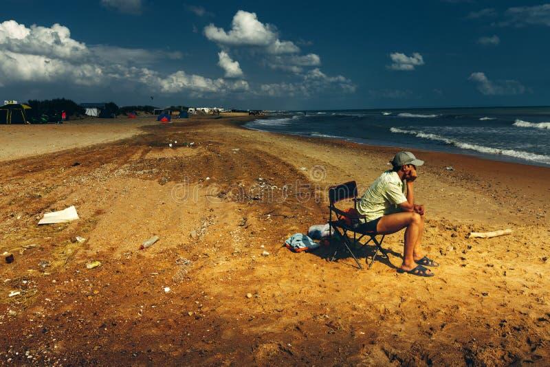 游人的垃圾在海滩,留给海岸干净的环境污染概念 免版税图库摄影