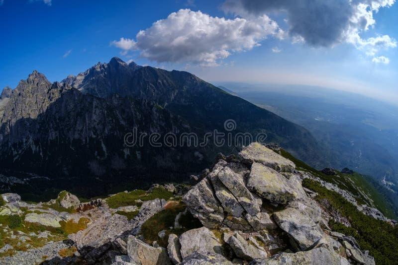 游人的岩石供徒步旅行的小道西部喀尔巴阡山脉的太脱拉山的在斯洛伐克 E 库存图片