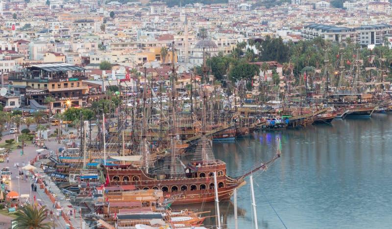 游人的木海盗船阿拉尼亚口岸的在土耳其 免版税库存图片