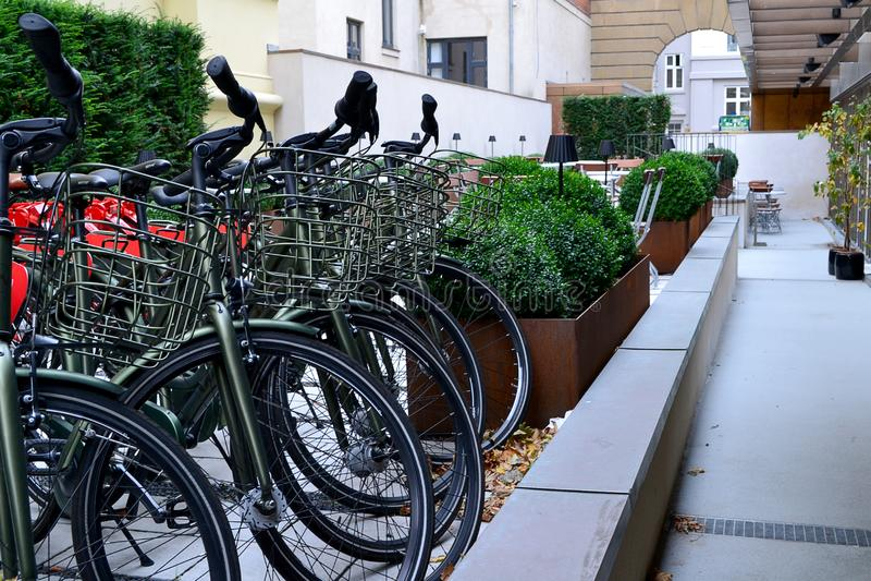 游人的自行车停车处在旅馆附近 免版税库存照片
