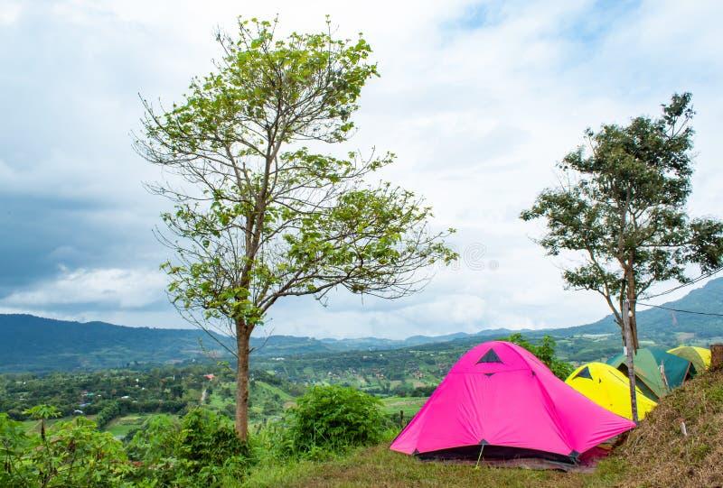 游人的露宿帐篷山的在Khao Takhian Ngo 免版税库存照片