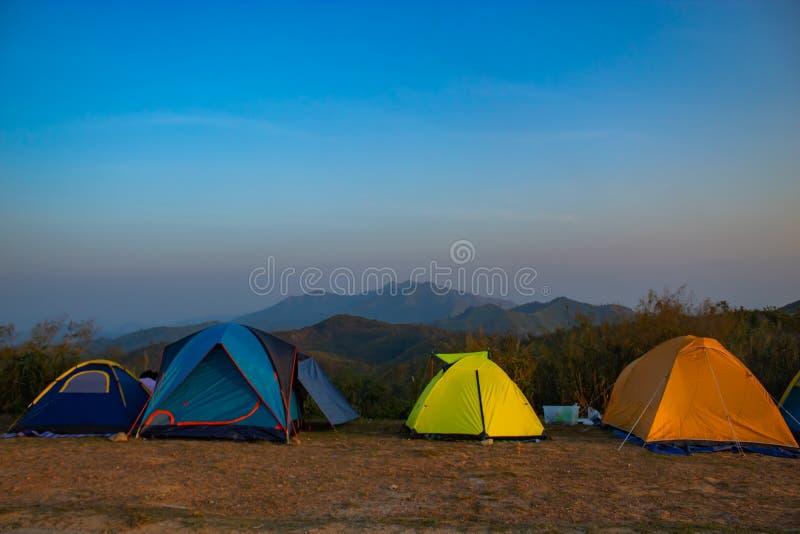游人的露宿帐篷山Nern张Suek小山的 免版税库存图片