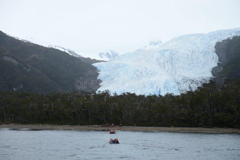 游人的登陆从游轮的到在南部的巴塔哥尼亚的Aguila冰川 库存照片