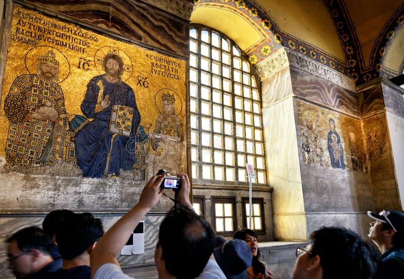 游人看在圣索非亚大教堂的古老马赛克,伊斯坦布尔 库存图片