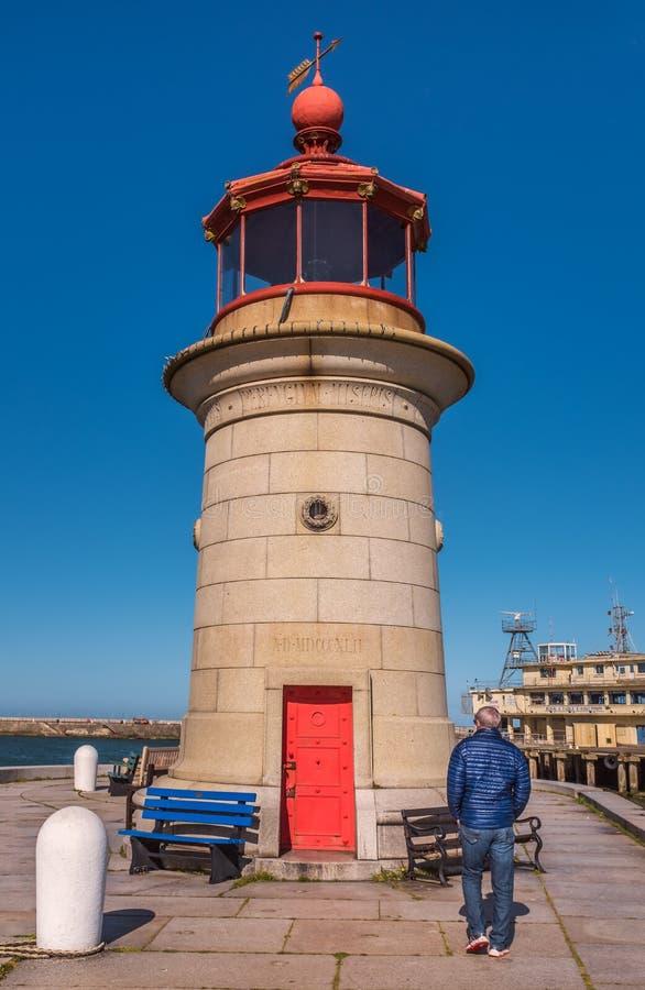 游人看在Ramsgate皇家港口西部码头的灯塔 塔在1842年被建造了 免版税库存照片