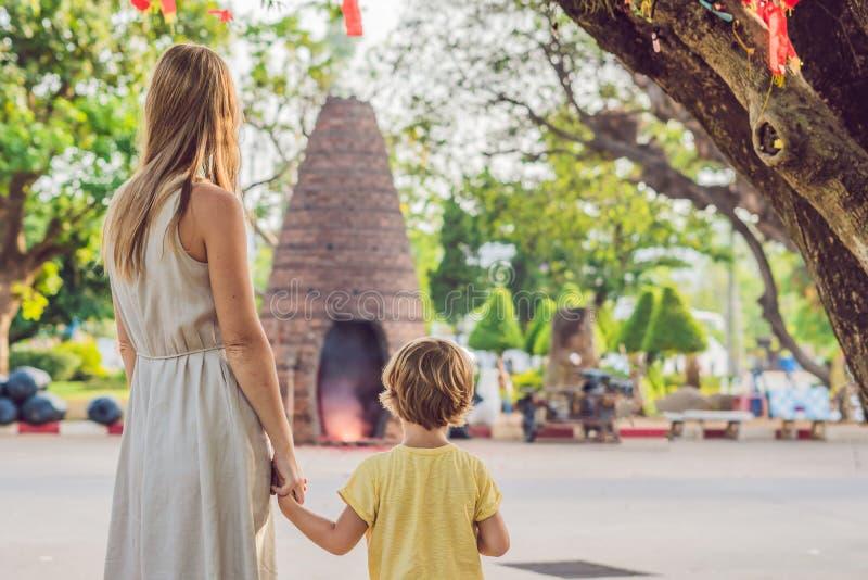 游人看Wat查龙的母亲和儿子是普吉岛最重要的寺庙  图库摄影
