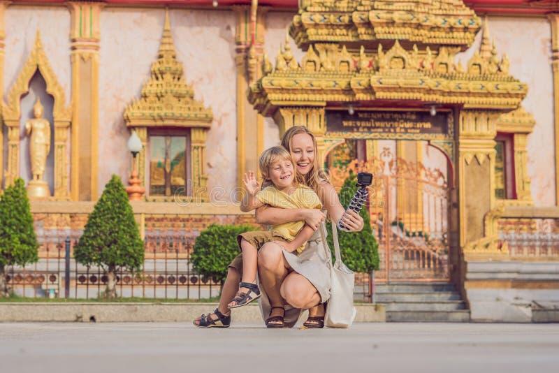 游人看Wat查龙的母亲和儿子是普吉岛最重要的寺庙  免版税库存图片