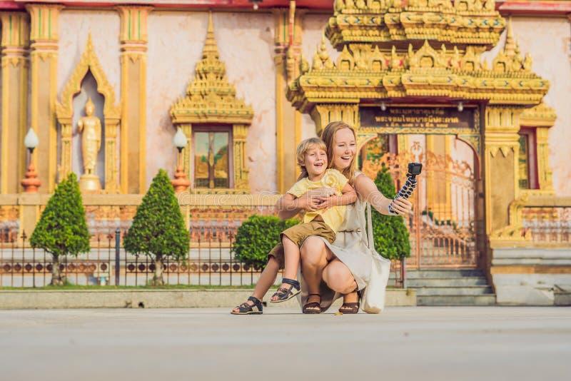 游人看Wat查龙的母亲和儿子importan 图库摄影