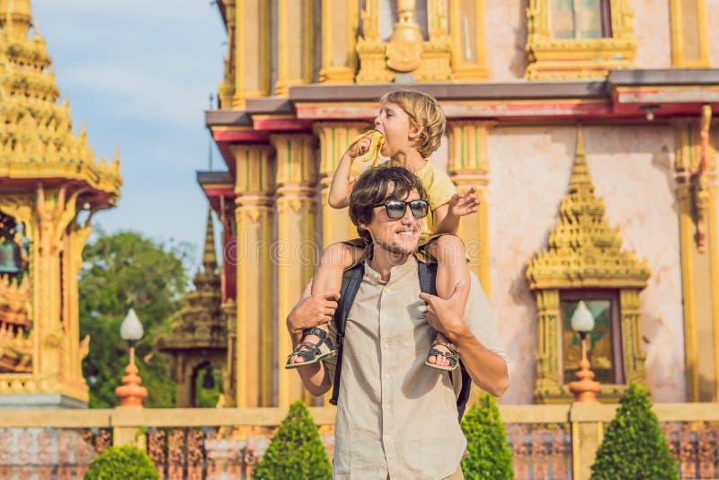游人看Wat查龙的父亲和儿子是普吉岛最重要的寺庙  免版税库存图片
