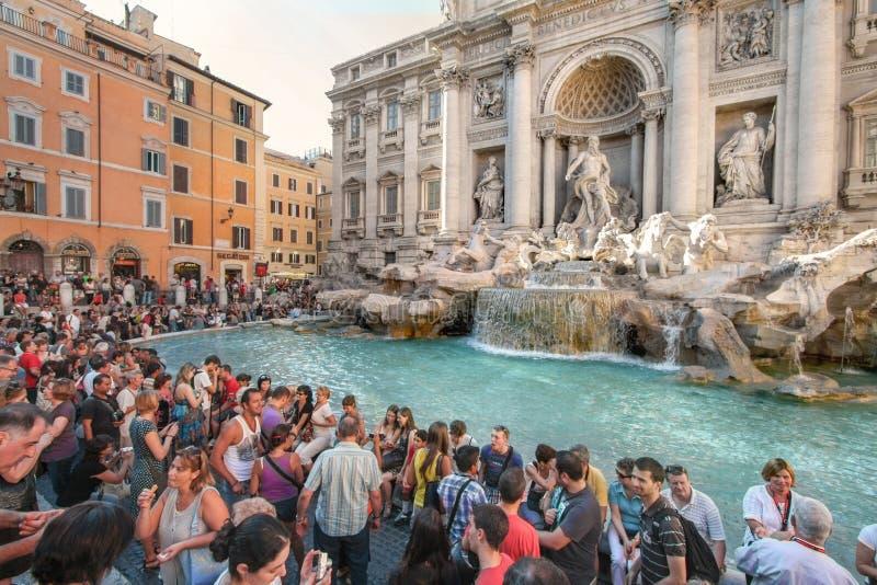 游人获得乐趣由Trevi喷泉在罗马 免版税库存照片