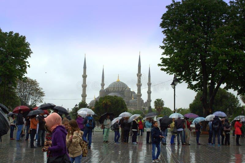 游人蓝色清真寺雨天 库存图片
