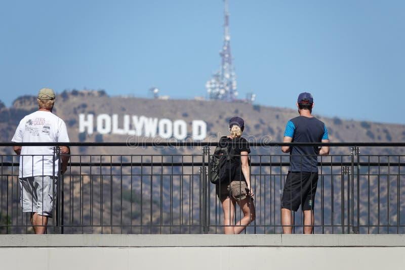 游人观察从好莱坞的好莱坞标志&高地复合体在洛杉矶 免版税库存照片