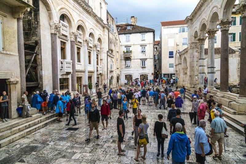 游人观看分裂的,克罗地亚罗马广场 库存照片