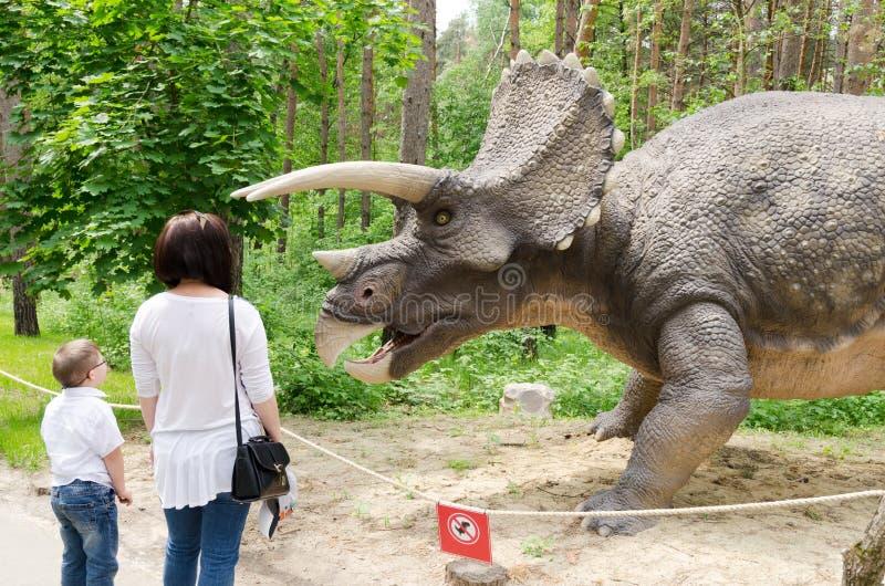 游人认为恐龙式样三角恐龙 免版税图库摄影