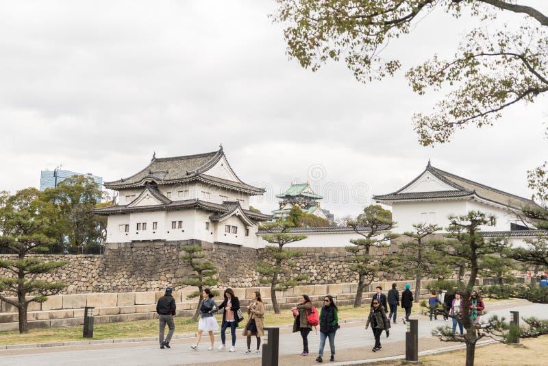 游人进入大阪城堡在正门 库存照片