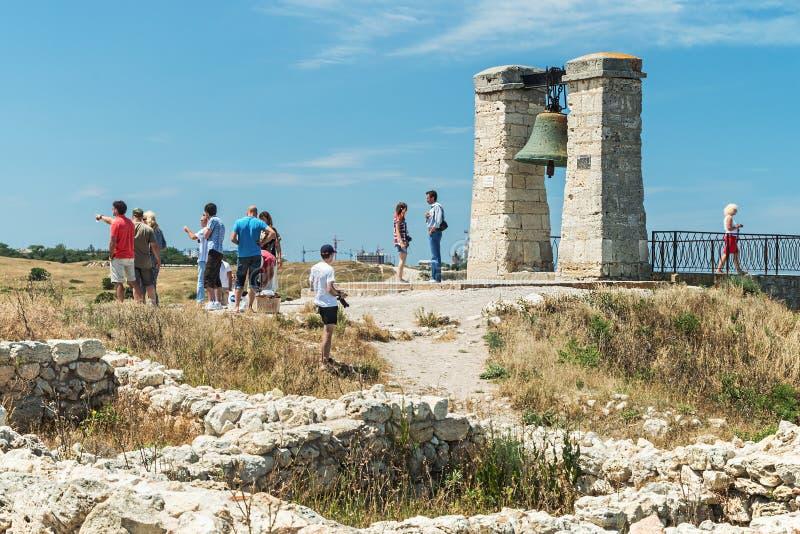 游人通过Cherson古城的废墟漫步 免版税库存照片