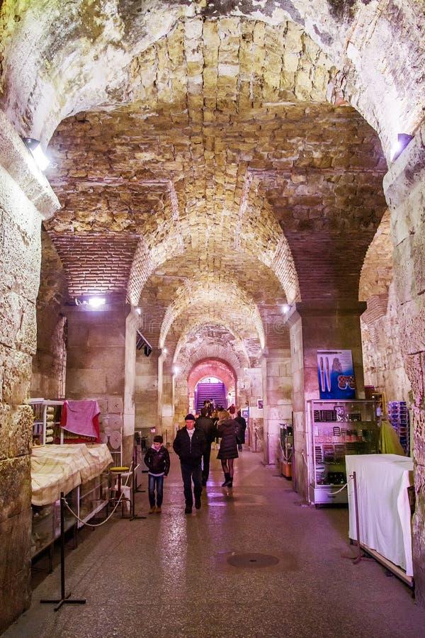 游人采取罗马帝国皇帝Diocletian的历史的地窖的游览在分裂,克罗地亚的 免版税库存照片