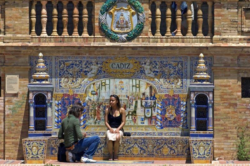 游人,五颜六色的瓦片, Plaza de西班牙,塞维利亚 库存照片