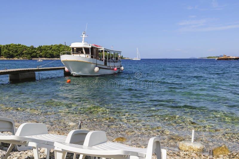 游人,旅客和度假者乘客的运输的小船,被停泊对码头 亚得里亚海的克罗地亚海运 免版税库存图片