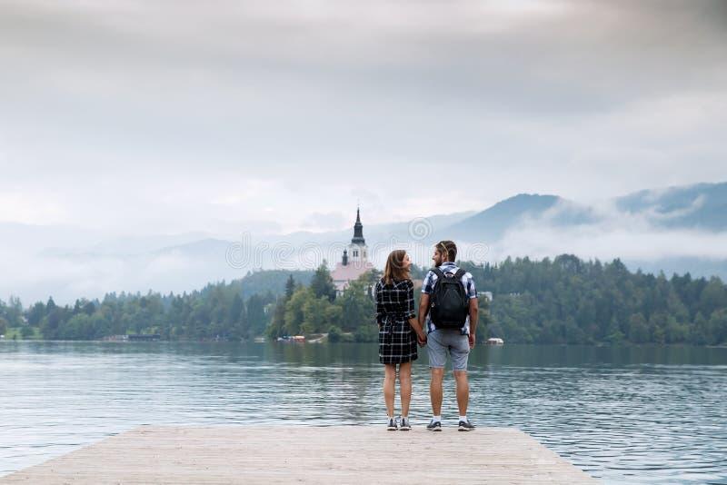 游人年轻夫妇爱的在布莱德湖,斯洛文尼亚 免版税图库摄影